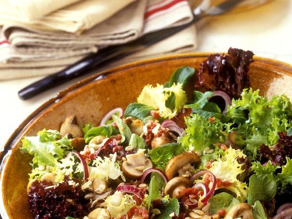Geschwenkte Champignons und Tomaten auf Blattsalaten