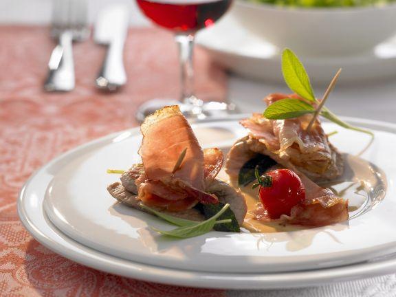 Gespicktes Kalbsschnitzel (Saltimbocca) mit Weißweinsoße