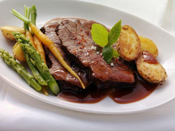 Gespicktes und mariniertes Rindfleisch (Böfflamott) mit Spargel, Karotten und Kartoffeln