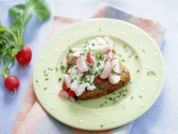 Gesundes Brot mit Frischkäse und Radieschen