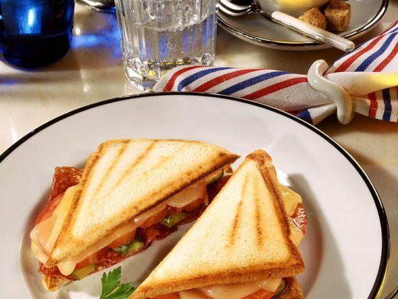 Getoastete Salami-Sandwiches