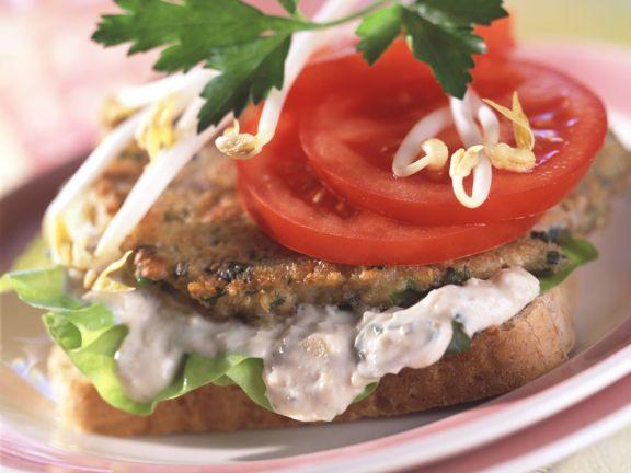 Getreidepuffer auf Sandwich mit Tofucreme