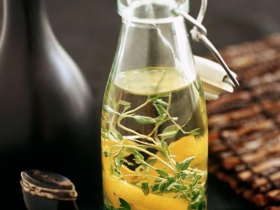 Gewürz-Olivenöl mit Zitrone und Kräutern