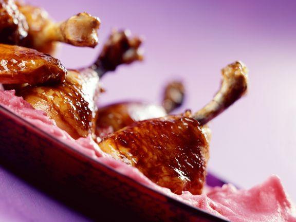 Glasierte Hähnchenschlegel mit rosa Kartoffelpüree