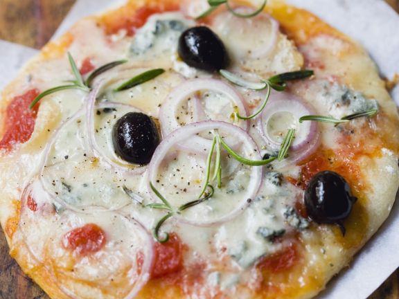 Gorgonzola-Pizza mit Zwiebeln, Rosmarin und Oliven