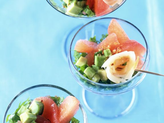 Grapefruit-Avocado-Salat mit Räucherfisch