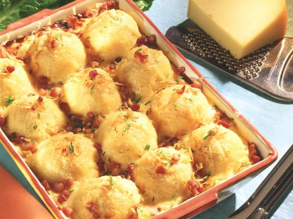 Gratinierte Kartoffelklöße auf Blattspinat