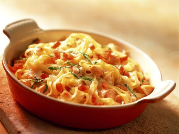 Gratinierte Nudeln mit Tomaten und Lachs