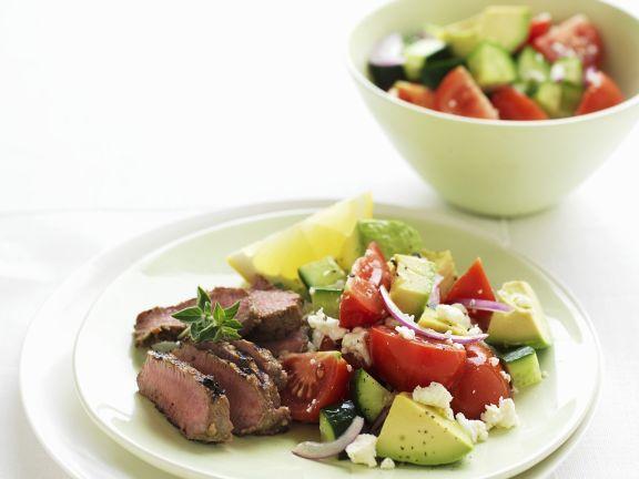 Griechischer Salat mit Avocado und Lamm