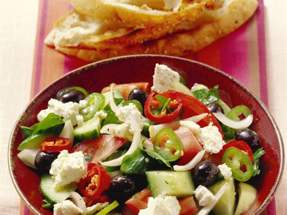 Griechischer Salat mit Fladenbrot