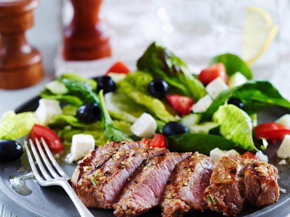 Griechischer Salat mit Lammsteaks