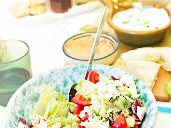 Griechischer Salat mit roten Zwiebeln, Tomate, Gurke und Feta