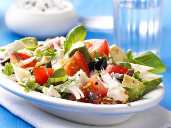 Griechischer Salat mit Schafskäse und Avocado