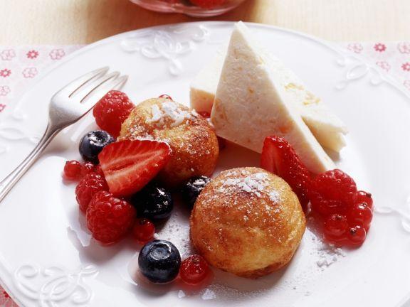 Grießknödel mit Beeren und Joghurteis