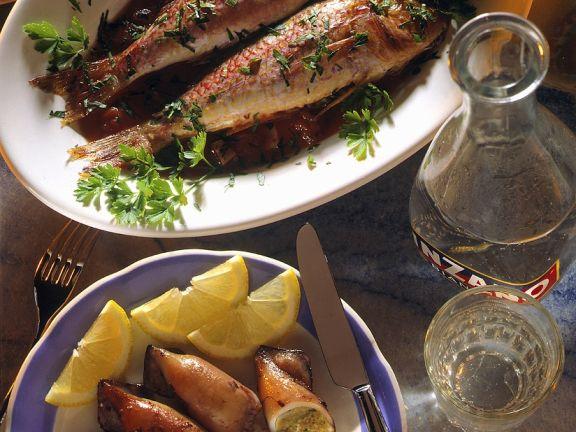 Grillfisch und -Sepien mit Sardellen-Kräuterfüllung