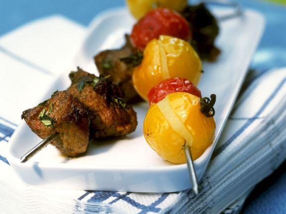 Grillspieße mit Fleisch und Cherrytomaten