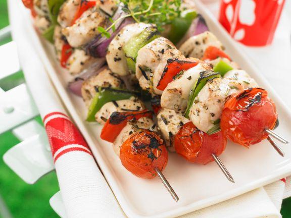 Grillspieße mit Hähnchenbrustfilet, Tomaten und Paprika