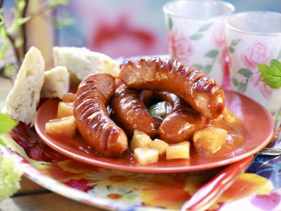 Grillwürstchen auf Ananas-Aprikosen-Kompott