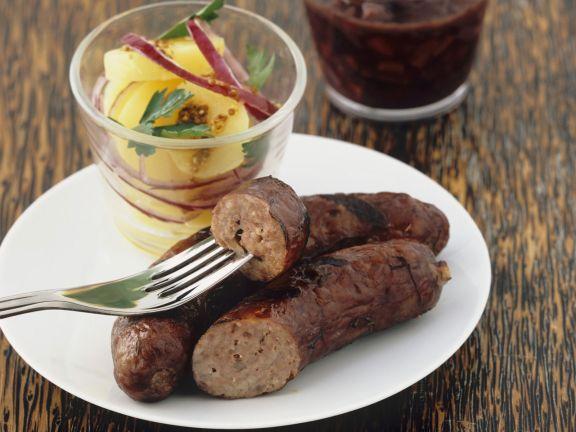 Grillwürstchen mit Kartoffelsalat und Rotweinsoße