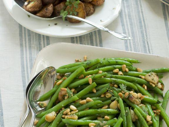 Grüne Bohnen mit Pinienkernen und gebratenen Kartoffeln