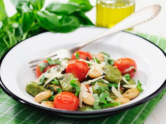 Grüne Gnocchi mit Bohnen, Tomaten und Parmesan