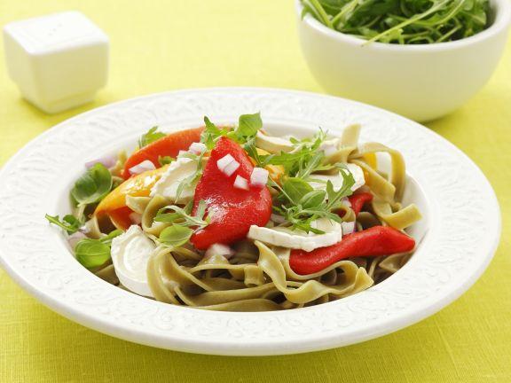 Grüne Nudeln mit gegrillten Paprika, Ziegenkäse und Rucola