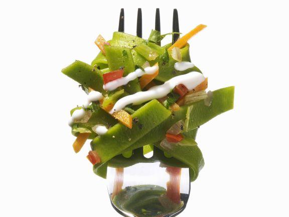 Grüne Nudeln mit Gemüsesoße