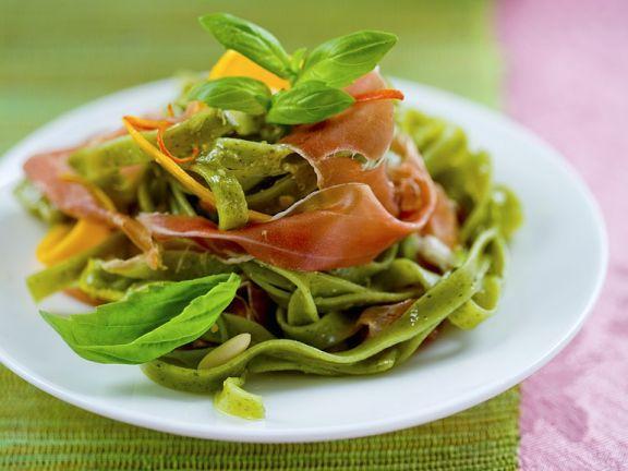 Grüne Nudeln mit Kürbis und Schinken