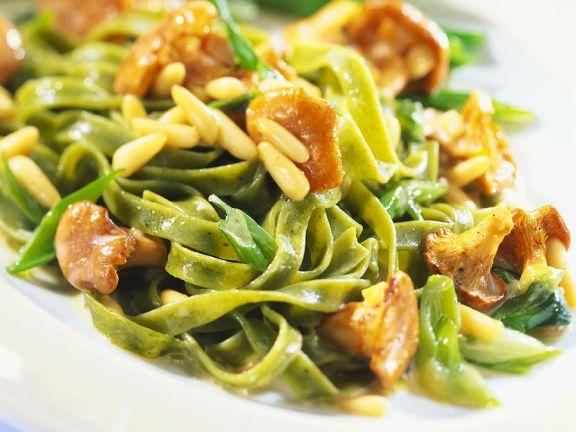 Grüne Nudeln mit Pilzen und Pinienkernen