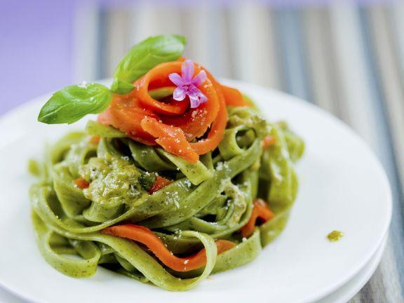 Grüne Pasta mit geräuchertem Lachs