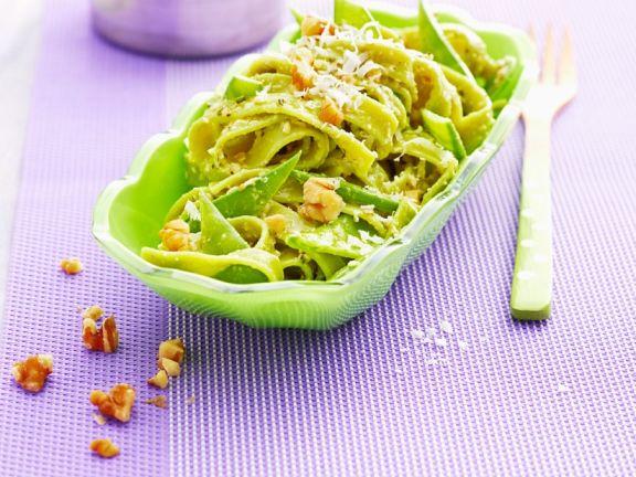 Grüne Pasta mit Zuckerschoten und Walnüssen
