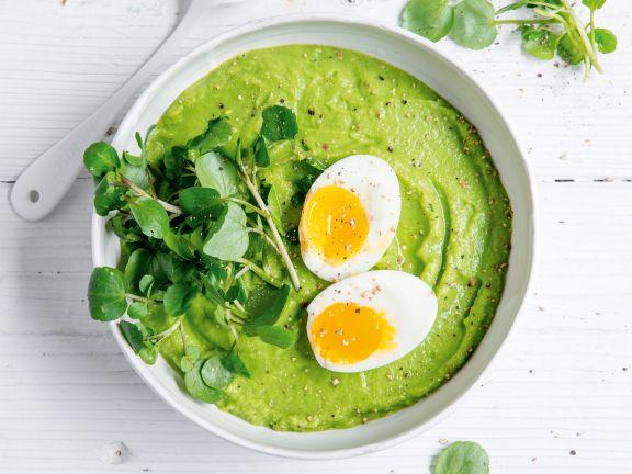 Grüne Smoothie-Bowl mit Ei
