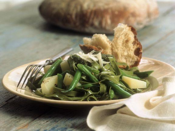 Grüne Tagliatelle mit Bohnen, Pesto und Parmesan