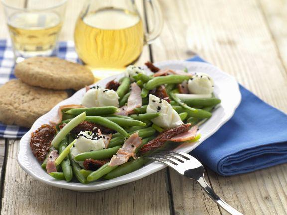 Grüner Bohnensalat auf griechische Art mit Speck und getrockneten Tomaten