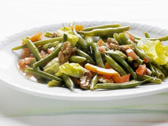 Grüner Bohnensalat mit Tomaten, Paprika und Walnusskernen