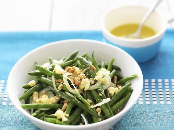 Grüner Bohnensalat mit Zwiebel, Erdnüssen und Käse