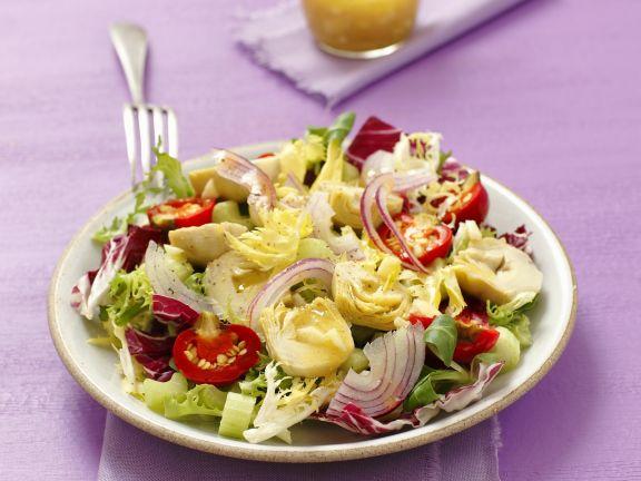 Grüner Salat mit Artischockenböden, Cherrytomaten, Zwiebeln und Senf-Knoblauch-Vinaigrette