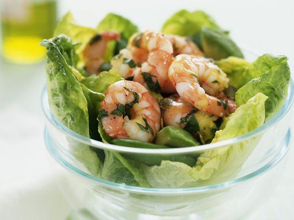 Grüner Salat mit Garnelen und Avocado