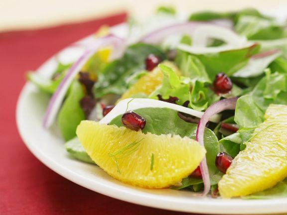 Grüner Salat mit Grapefruit und Granatapfel