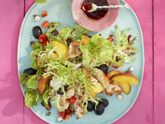 Grüner Salat mit Hühnchen, Obst und Frucht-Dressing