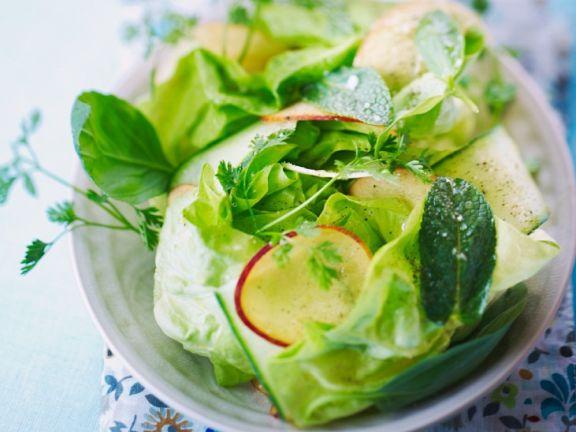 Grüner Salat mit Kräutern und Nektarinen