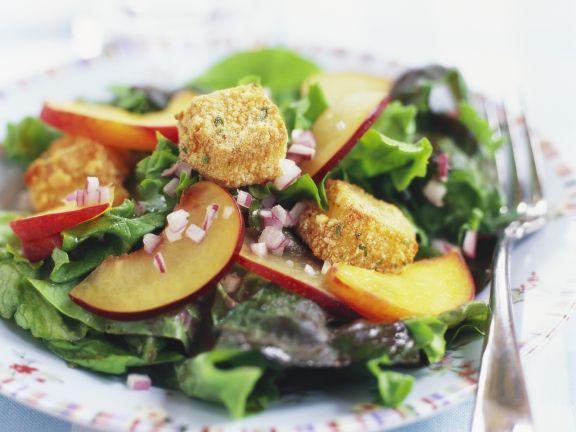 Grüner Salat mit Nektarinen und panierten Camembert-Stückchen