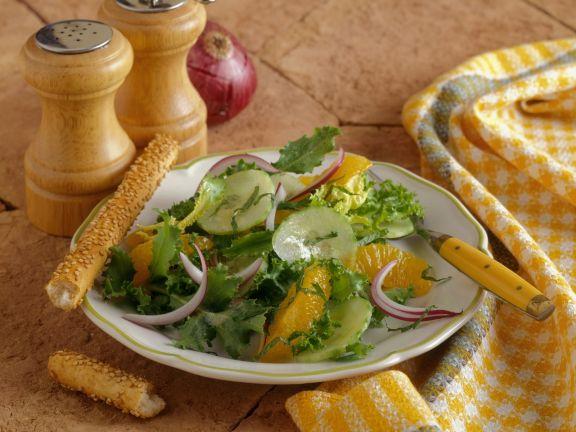Grüner Salat mit Orangen, Zwiebeln und Gurken