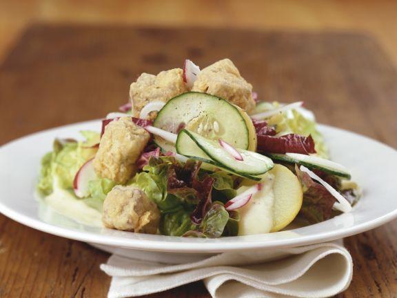 Grüner Salat mit Schweinebacken, Gurke und Radieschen