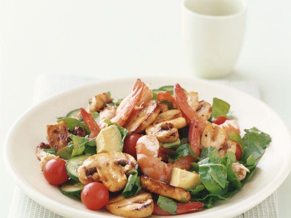 Grüner Salat mit Shrimps und Champignons