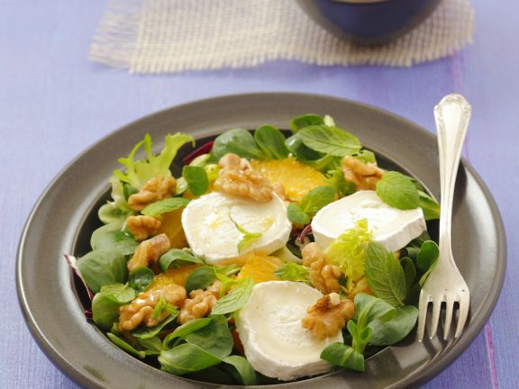 Grüner Salat mit Ziegenkäse, Orangen und Walnüssen