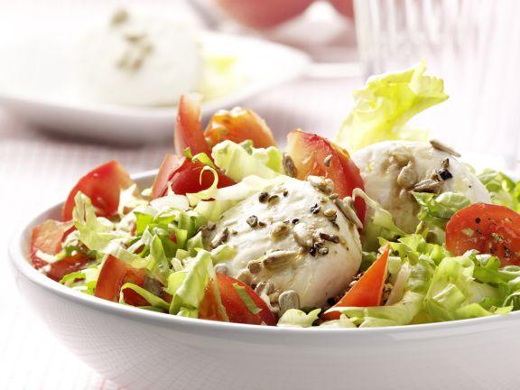 Grüner Salat mit Ziegenkäse und Sonnenblumenkerndressing