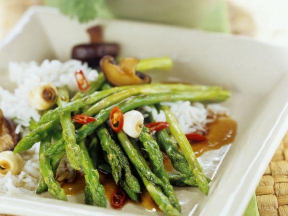 Grüner Spargel asiatisch zubereitet