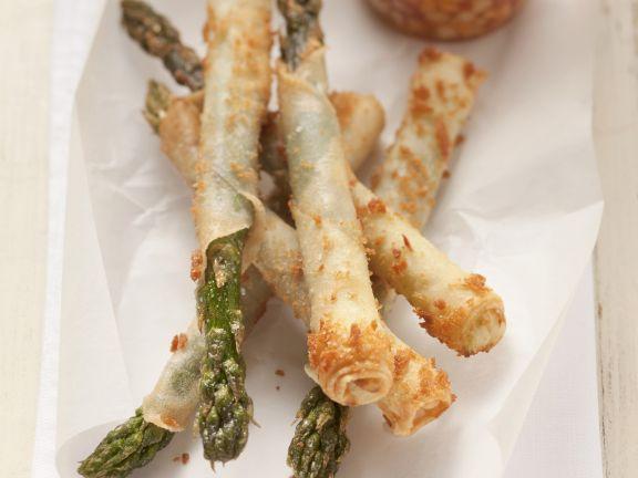 Grüner Spargel in Reispapier und scharfer Erdnuss-Gurken-Dip