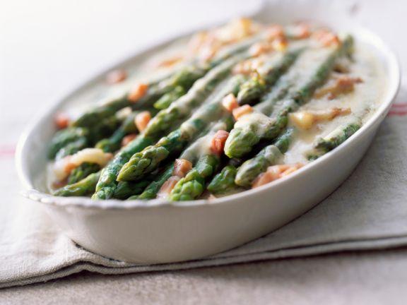 Grüner Spargel mit Mozzarella überbacken